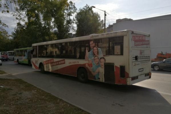 Три автобуса столкнулись на улице Объединения