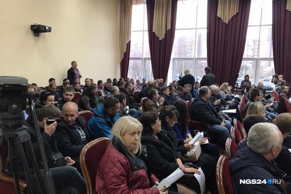 Весь зал в администрации района забит пришедшими красноярцами