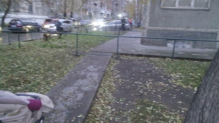 Ходят и смотрят: жители дома на улице Вертковской отгородились забором от пешеходов
