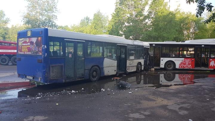 В Перми водителю 37-го автобуса стало плохо: он врезался в магазин, а потом — в другой автобус