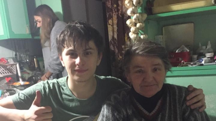 Новосибирец и его друзья взяли шефство над одинокой бабушкой