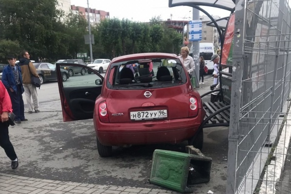 Nissan остановился только тогда, когда врезался в остановку