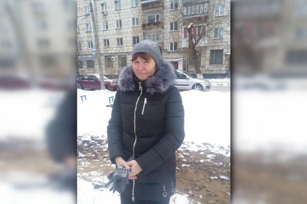 Женщине 48 лет. Она была одета в этот же пуховик, что на фото, на голове — серо-малиновая вязаная шапка
