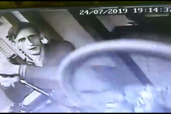 Парень несколько раз смотрел прямо в камеры наблюдения и совершенно не скрывал своего лица
