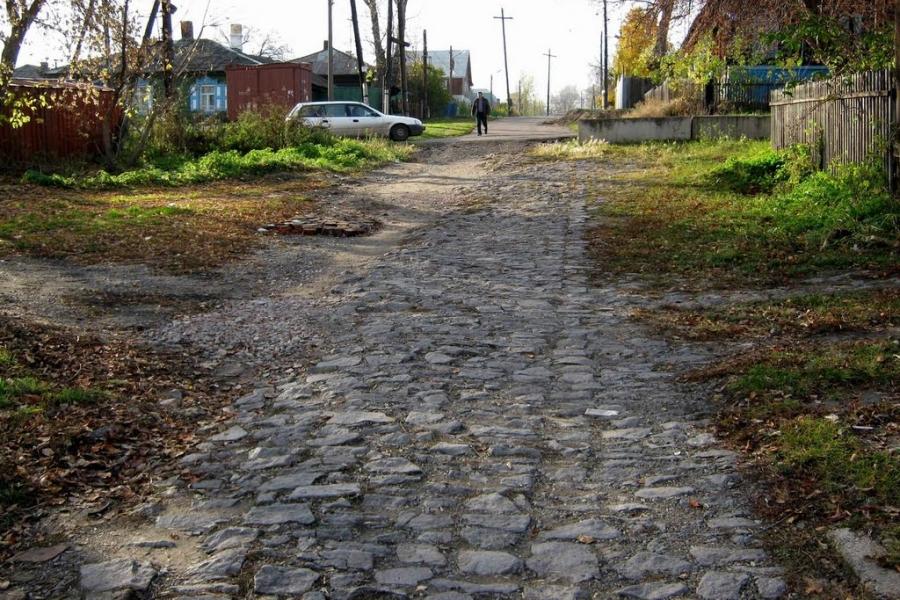Сохранившийся до наших дней участок каменной мостовой на улице Советской в Николаевке