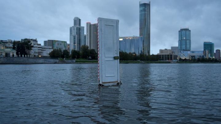 Над Городским прудом повисла деревянная дверь