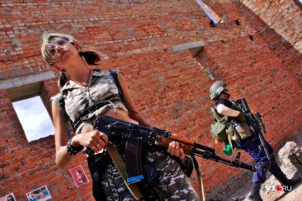 Даже очаровательные девушки не против побегать с оружием