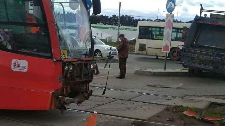 В Перми мусоровоз столкнулся с трамваем. Движение вагонов в сторону центра приостановлено