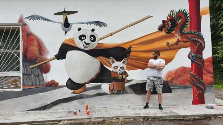 Известный художник в Ярославском районе нарисовал персонажей «Кунг-фу Панды» во всю стену