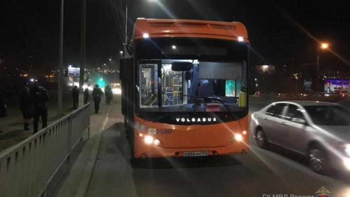 «Ушибла спину и сломала рёбра»: в Волгограде от резкого торможения автобуса упала пассажирка