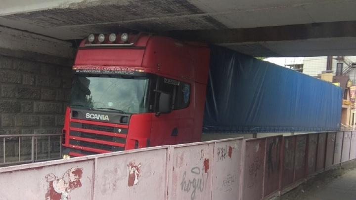 В Волгограде очередной грузовик уперся «лбом» в путепровод