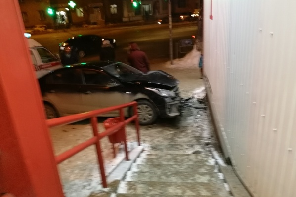 Машина проехала тротуар и врезалась в здание