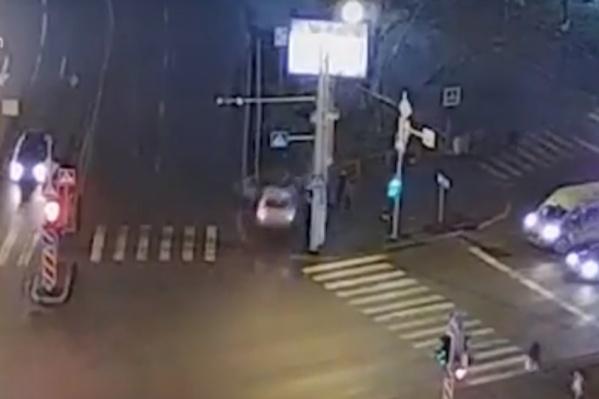 Тюменка не вписалась в поворот и налетела на пешеходов