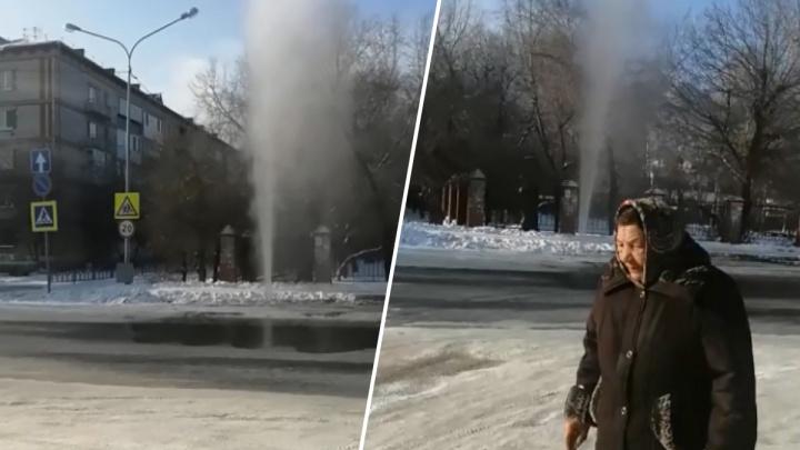 Фонтан кипятка высотой с пятиэтажку: в центре Боровского прорвало трубу с горячей водой
