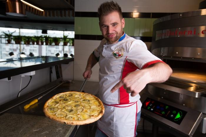 Ставит пиццу в «Птичке» один из лучших пиццайоло России Леонардо Трапполино