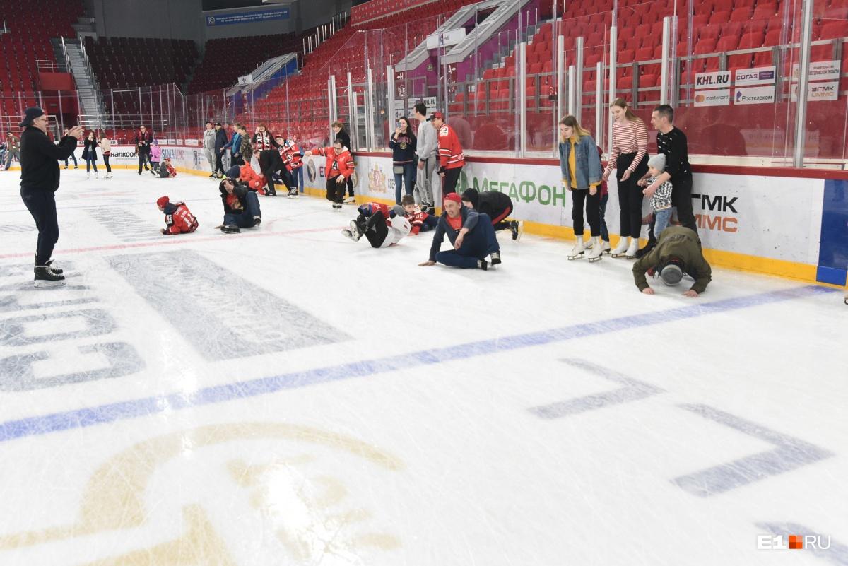 И все эти люди на льду повторили фирменный кувырок Якуба Коваржа