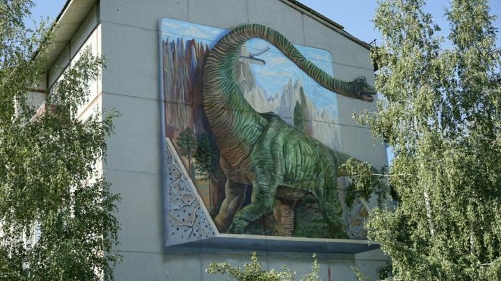 На стене омской пятиэтажки дорисовали восьмиметрового динозавра, поедающего берёзу