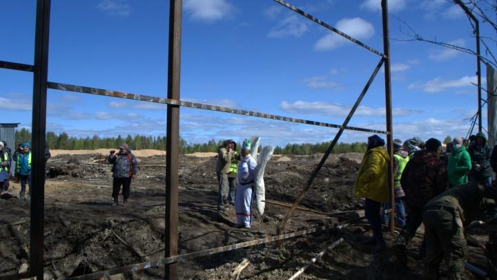 На Шиесе противники мусорного полигона начали демонтировать забор, которым ограждена стройка