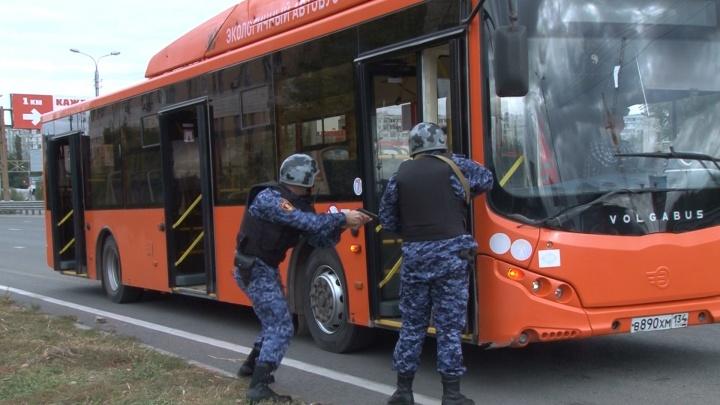 В Волгограде наряд Росгвардии высадил из автобуса пьяную пассажирку