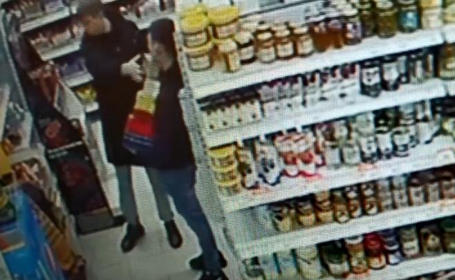 Готовятся к 14 февраля: парни вынесли коробки шоколада из магазина