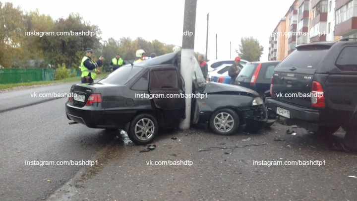 В Башкирии легковушку намотало на столб, очевидцы сняли последствия аварии на видео