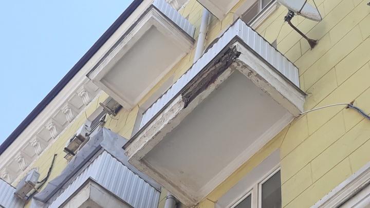 Полетели вниз: в центре Ростова осыпаются балконы