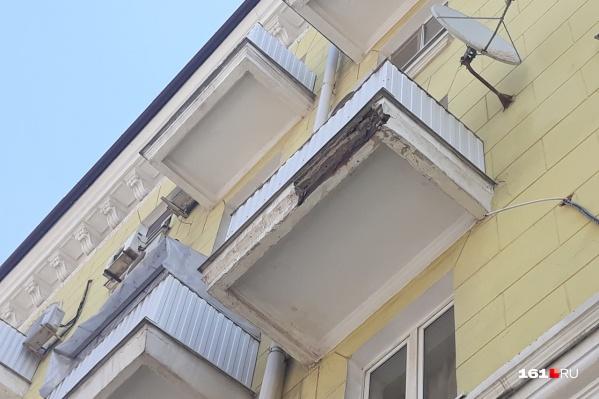 В доме №34/125 обрушилась часть балкона
