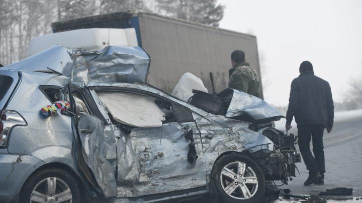 На Тюменском тракте Toyota вылетела на встречку и столкнулась с фурой