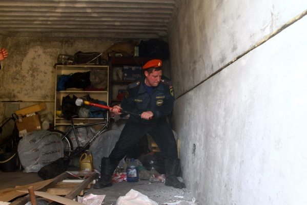 Спасатель разнёс бетонную стену кувалдой