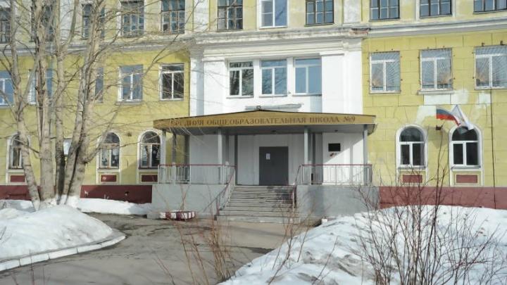 «Оголовки деревянных свай сгнили только под колоннами»: закрытую школу №9 решили отремонтировать