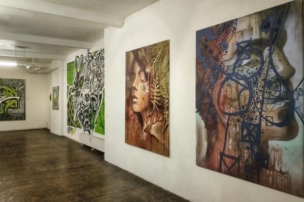 Две работы справа принадлежат Марине Ягоде. Это девушка — дух леса, которая символизирует природное, и мужчина, который символизирует урбанистичное
