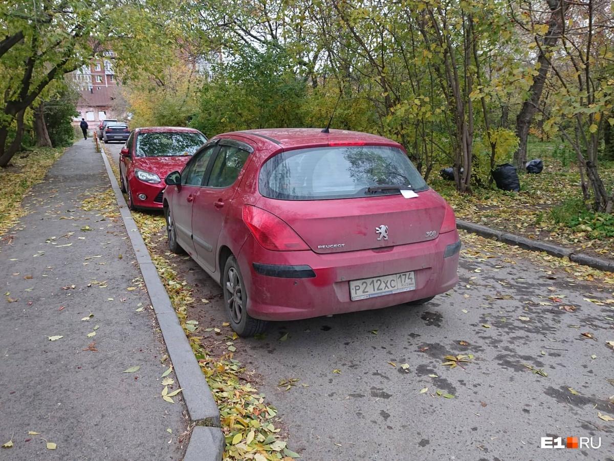Припаркованный Peugeot помешал кому-то из водителей заехать (или выехать)