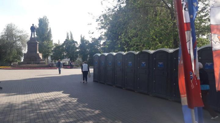 Коммунисты раскритиковали установку биотуалетов рядом с памятником Ленину