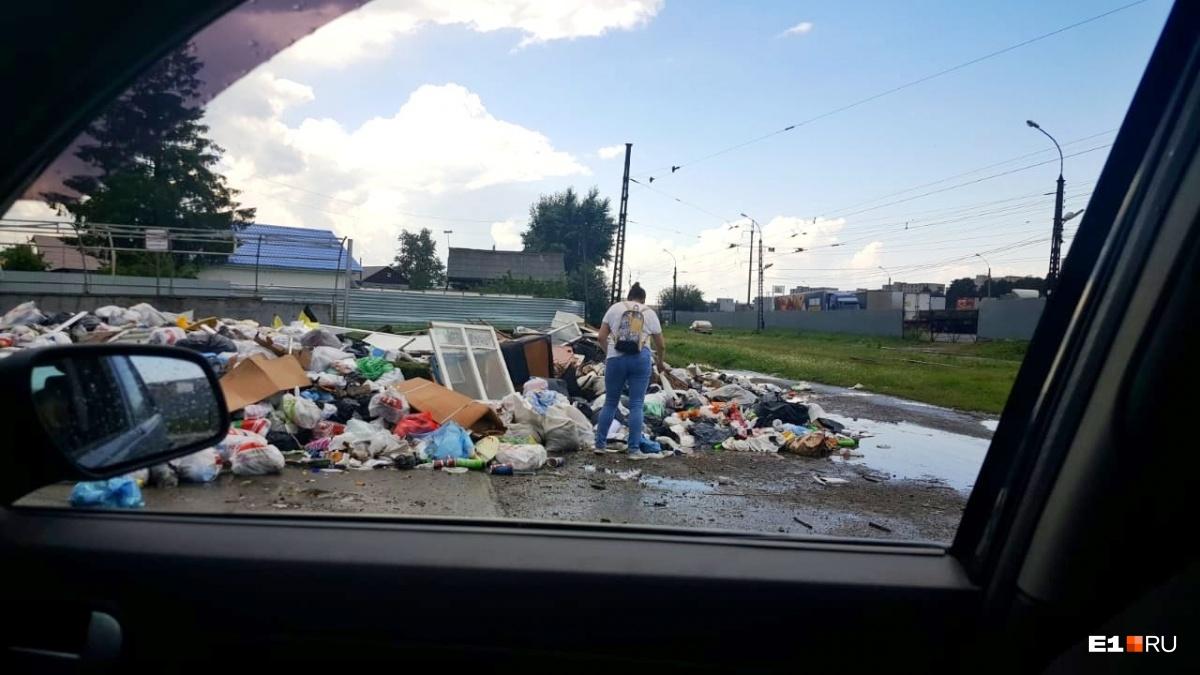 Из-за переноса «мусорной реформы» часть Екатеринбурга завалили отходами, которые некому вывозить