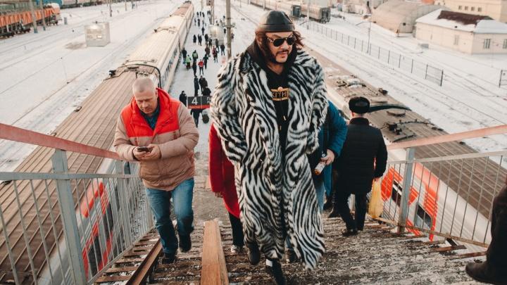 Встретили не по-королевски: в Тюмени Филиппу Киркорову пришлось идти от поезда по скользкому мосту