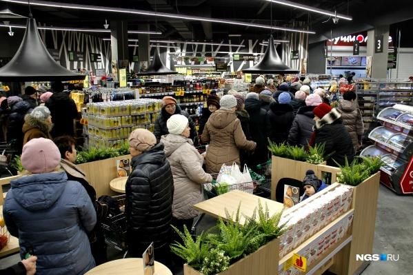 Большая очередь вынудила покупателей занять зону кофейни