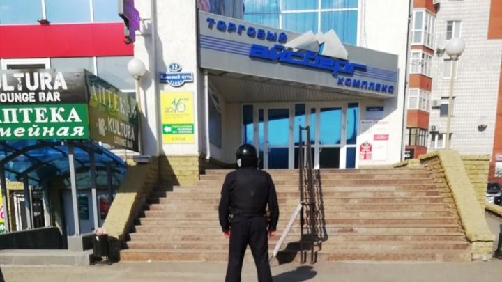 В Омске началась волна эвакуаций: на улицу вывели сотрудников и посетителей торговых центров