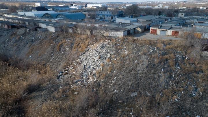 «Дальше — страшнее»: в Волгограде в несколько раз выросла ползущая в овраг свалка