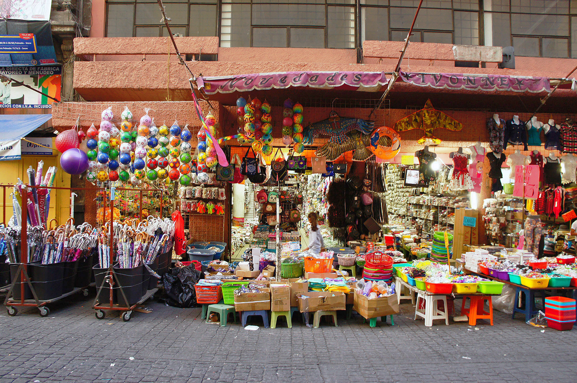 Стихийная уличная торговля напоминает перестроечную Россию