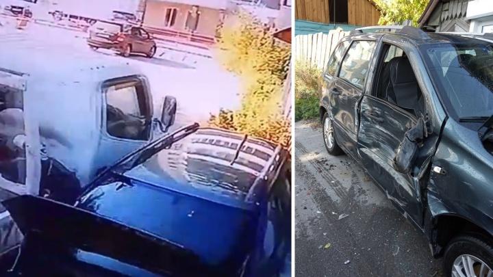 Видео с камер наблюдения: водитель грузовика взял на таран легковушку соседа и уехал