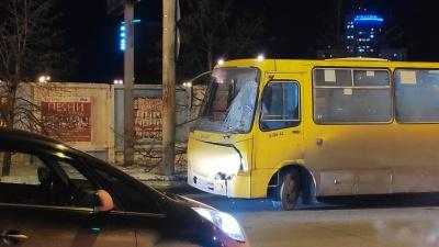 В Екатеринбурге столкнулись пассажирский автобус и КамАЗ