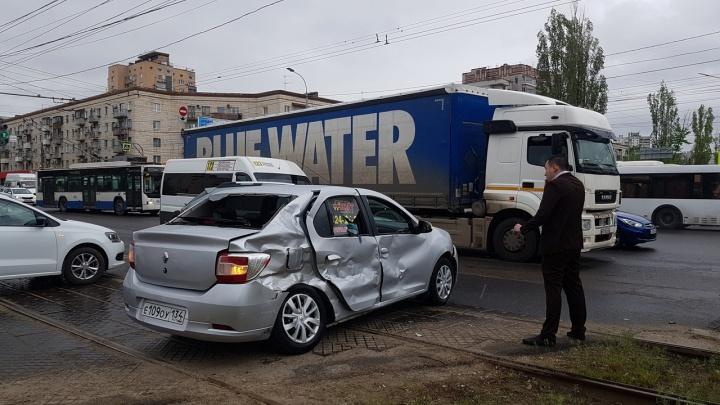 Мощная фура снесла такси на перекрестке в центре Волгограда: смотрите видео аварии