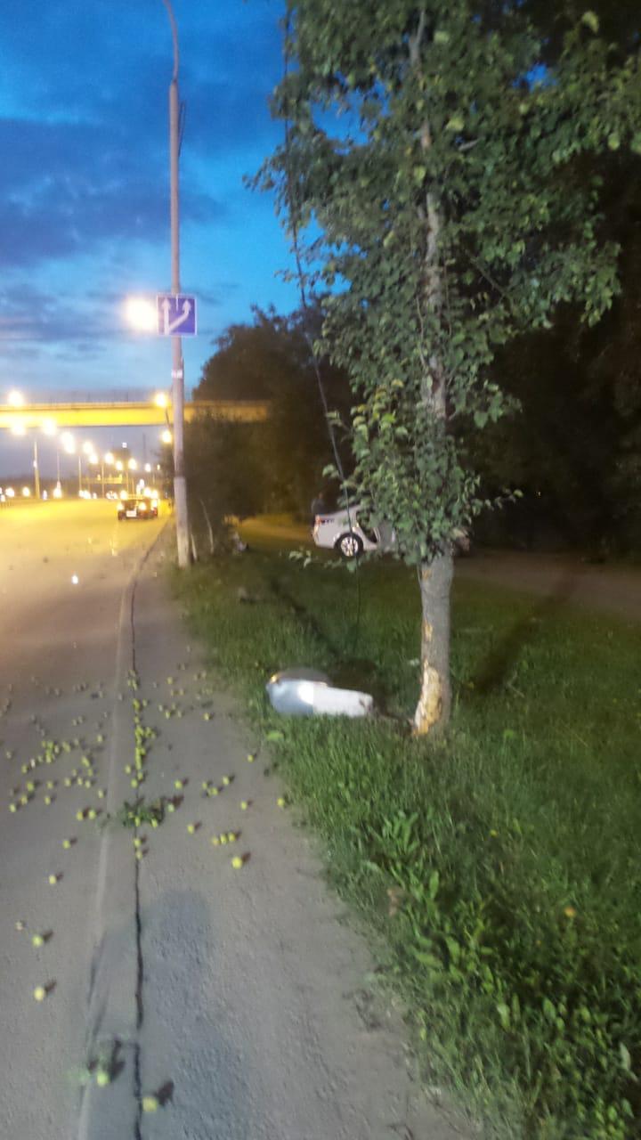 На земле остались лежать фонарь и яблоки