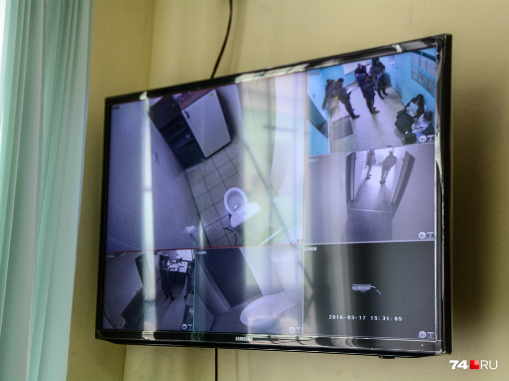 Видеокамера снимает происходящее в туалете медцентра, где водители сдают мочу для анализа на психоактивные вещества. Запись нужна, чтобы исключить подлог. По нынешним правилам такому тесту подвергают всех автомобилистов, доставленных на освидетельствование