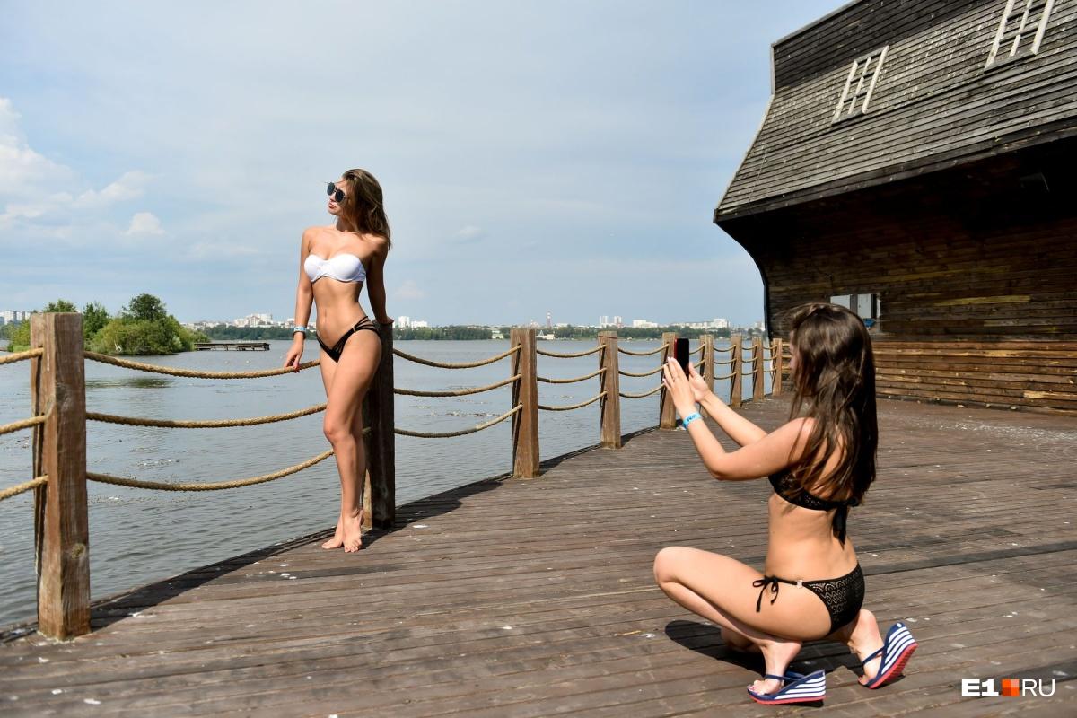 Двадцать горячих фото девушек в купальниках: фоторепортаж с екатеринбургского пляжа