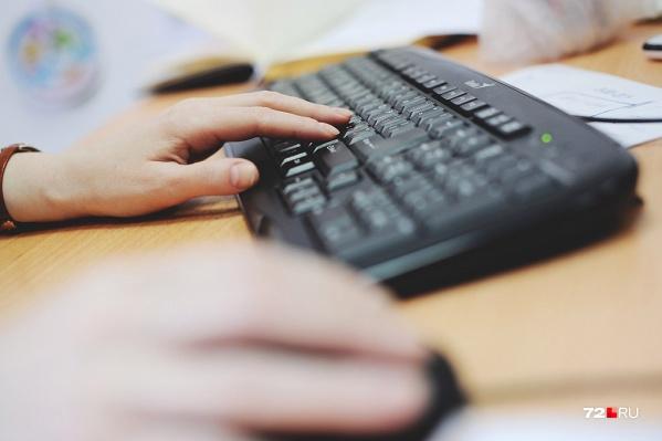24-летний молодой человек использовал специальную программу, позволяющую удаленно работать с мобильными устройствами