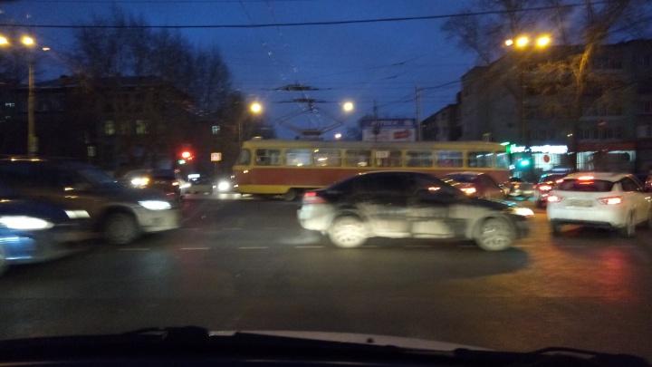 На перекрестке Уральской и Советской из-за неработающего светофора начался коллапс