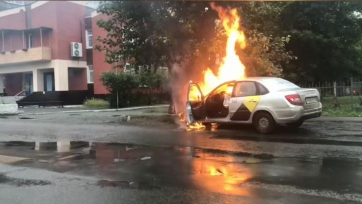 В Челябинске такси на скорости влетело в дерево возле детского сада и загорелось