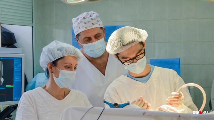 Пермский нейрохирург остановил кровоизлияние в мозг у пациентки в коме. Обычно такое не практикуется