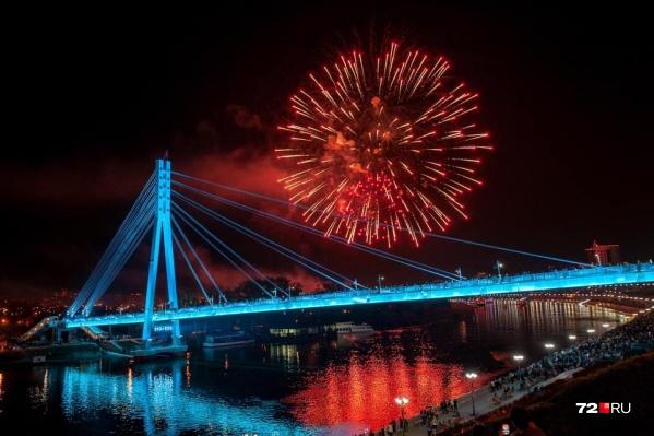 Салют в Тюмени смотрелся особенно эффектно на фоне красиво подсвеченного Моста Влюбленных